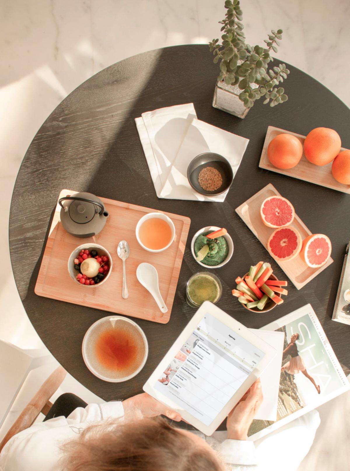 Los desayunos en Sha Wellness Clinic se centran el la combinación de nutrientes a base de sopa de miso, porridge de cereales, hummus y fruta.