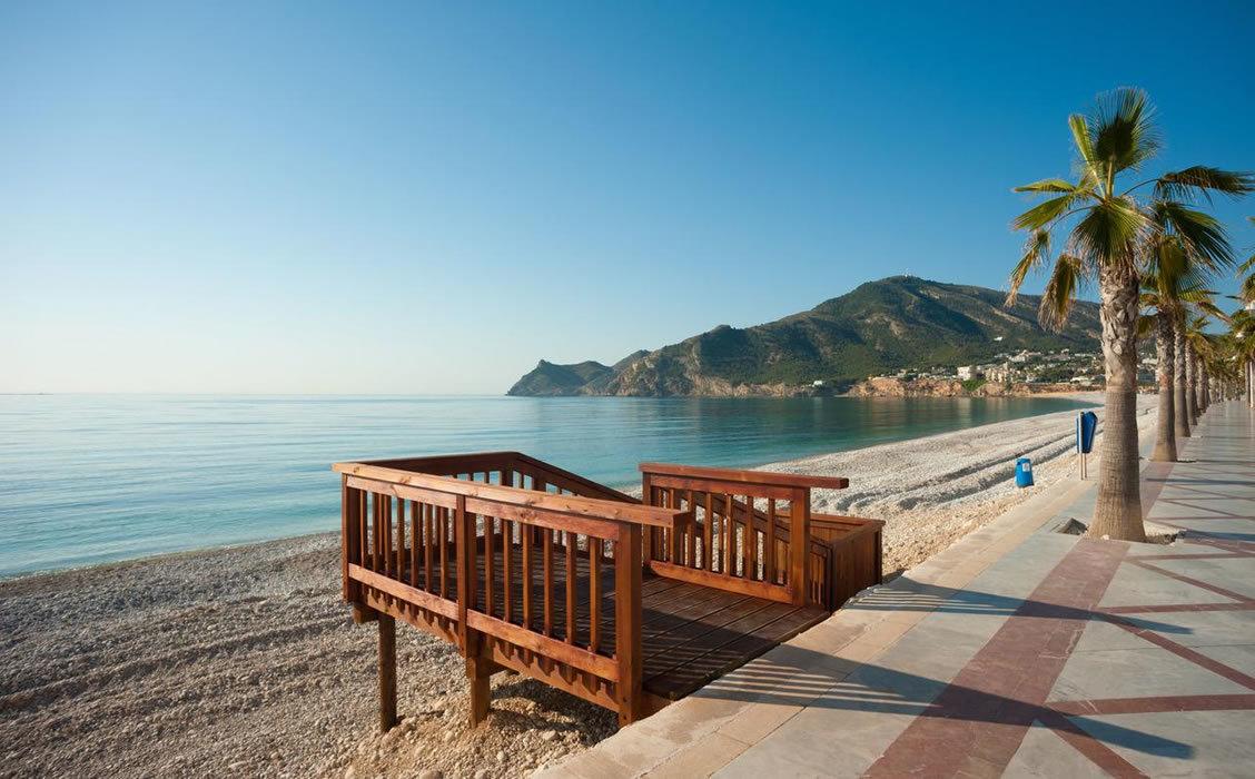 La playa del Albir se encuentra a unos 40 minutos a pie de Sha Wellness Clinic, y constituye uno de los paseos más agradables que hacer desde la clínica.