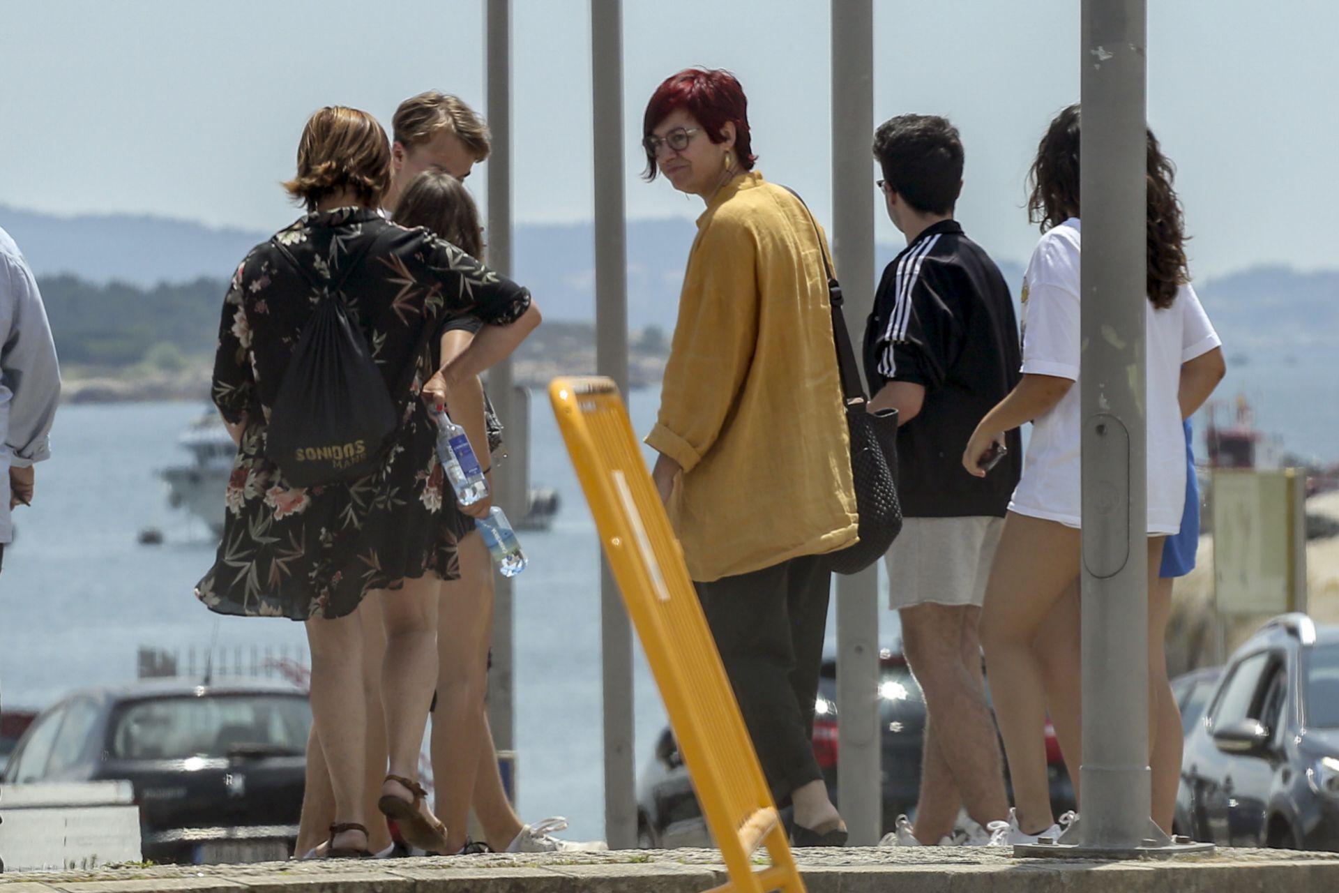 Sandra Ortega (con chaqueta amarilla) con unos amigos en Pontevedra.