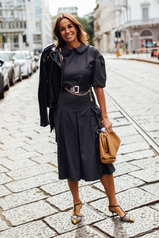 Durante la semana de la moda de Milán con sandalias con pulsera y...