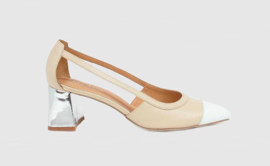 Zapato bicolor con tacón metálico.