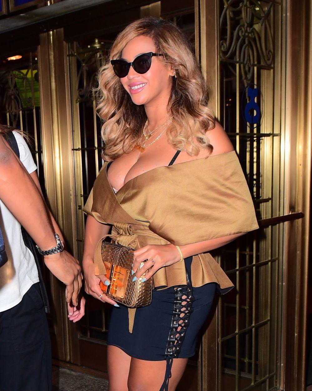 Beyoncé luciendo un castaño arena muy favorecedor.