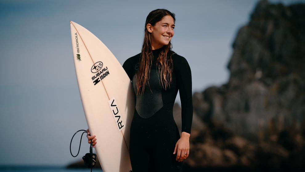 La surfista Garazi Sánchez, embajadora de Subaru España.