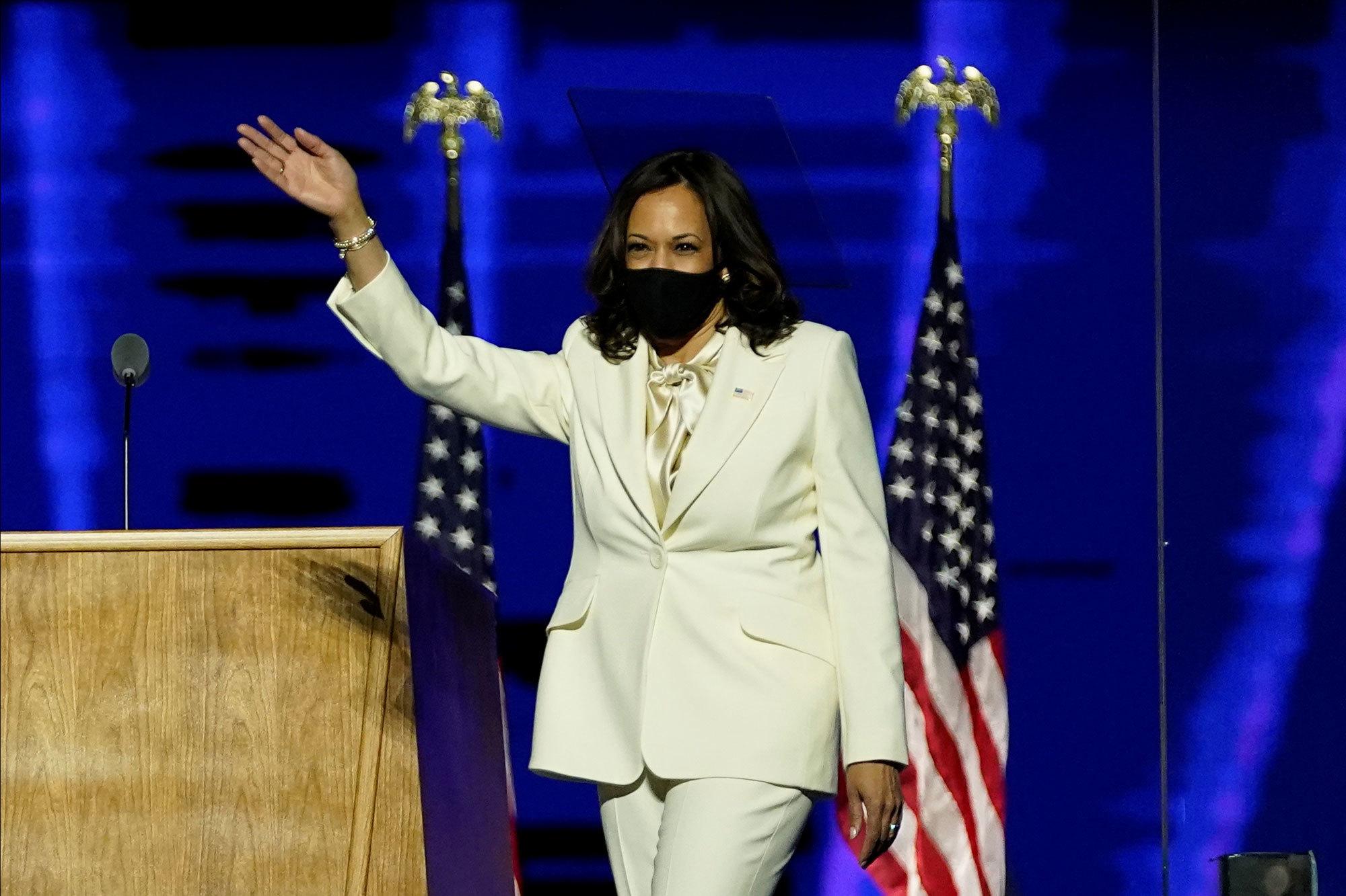 Kamala Harris, vicepresidenta electa de Estados Unidos, con mascarilla...