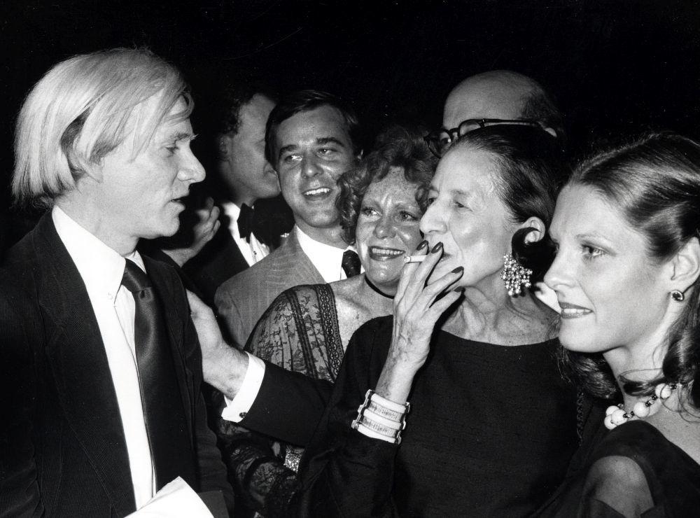 Diana Vreeland junto a Andy Warhol.