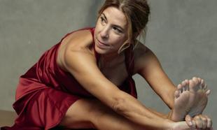 La profesora de yoga Patricia A. Galatas en un estiramiento, con...
