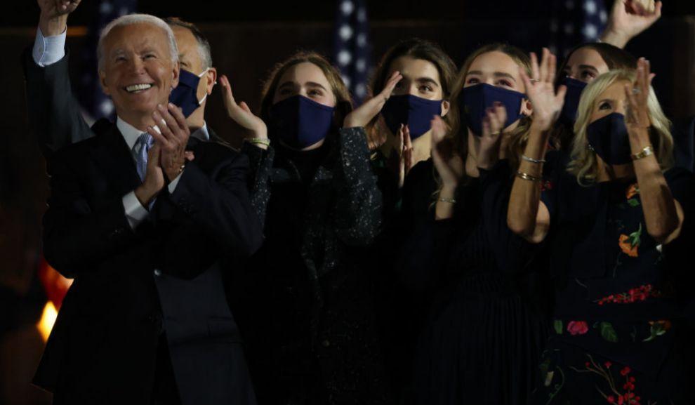 Joe Biden con su mujer y sus nietas