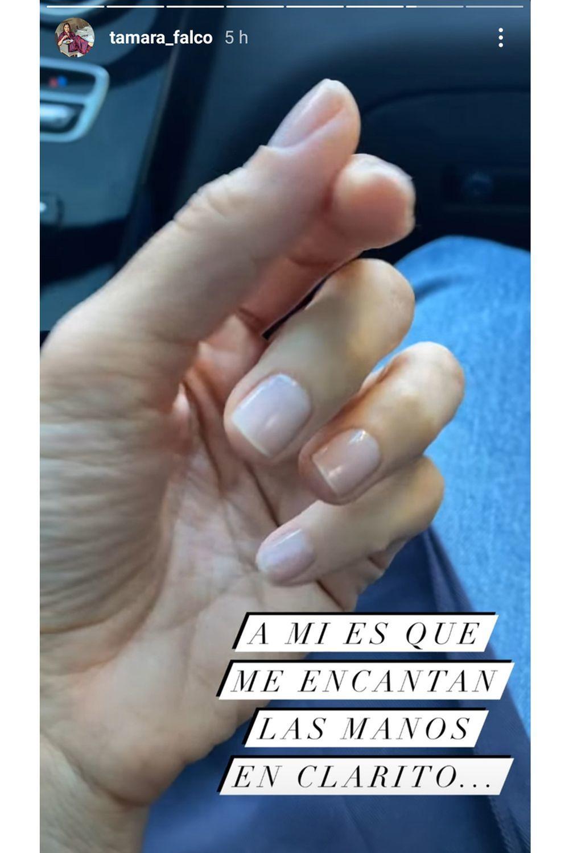 Tamara Falcó luciendo su manicura nude rosada que hace el efecto de dedos más largos.