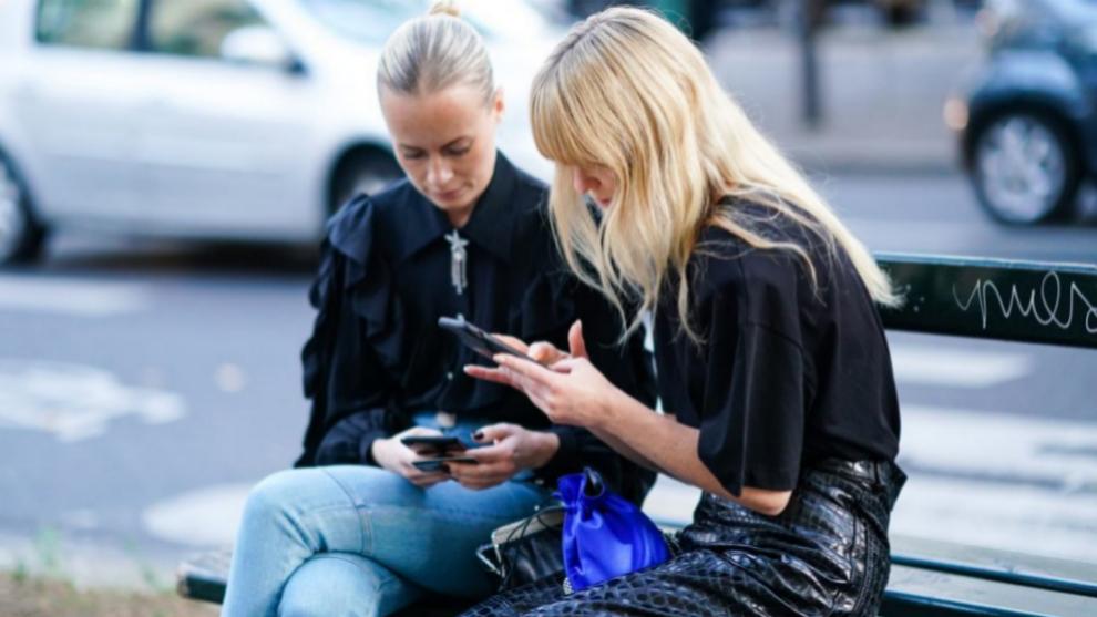 Influencers danesas mirando el móvil