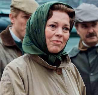 Isabel II en The Crown con pañuelo en la cabeza.
