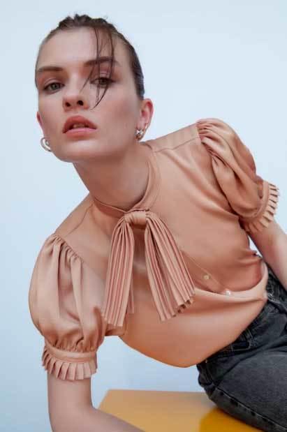 Blusa con lazada de Zara.