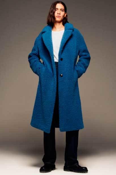 Abrigo azul klein de Zara.