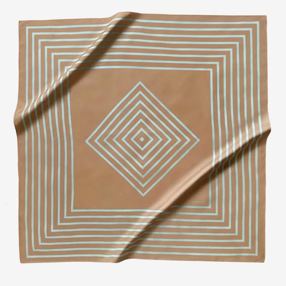 Pañuelo de la colección de Olivia Palermo que combina camel con verde agua.