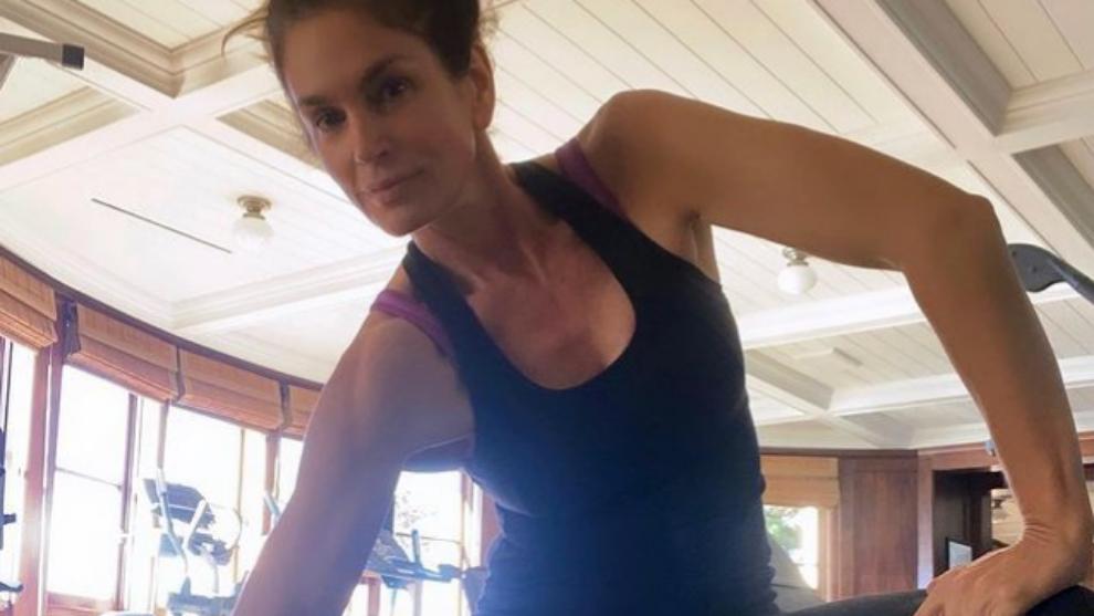 Cindy Crawford haciendo pesas en el gimnasio.