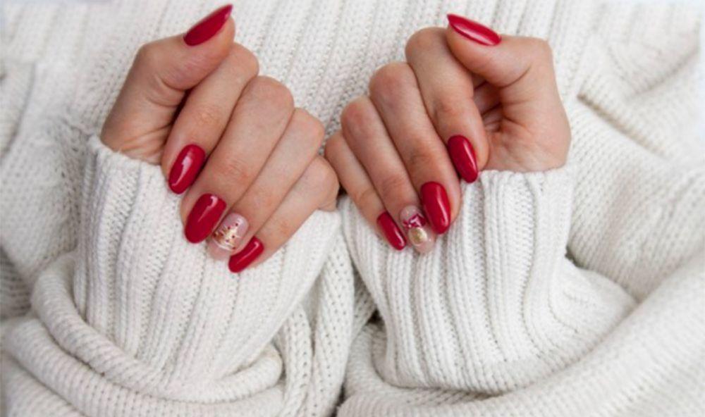 Manicura roja con un toque navideño, con esmaltes Deborah Lippmann.