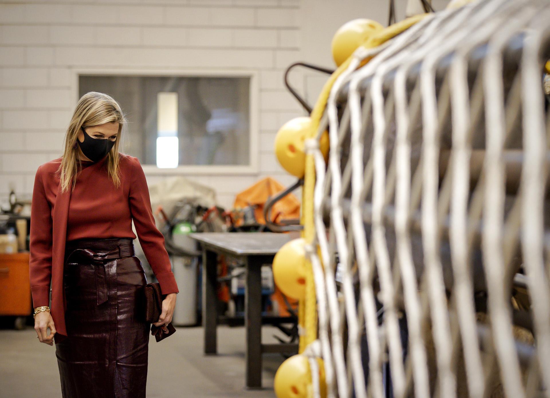 Máxima de Holanda visita una fábrica.