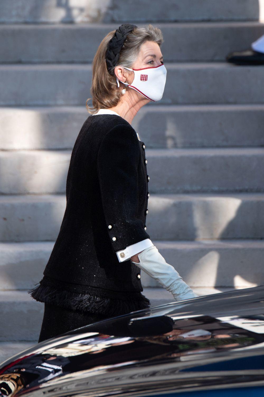 El detalle de la diadema trenzada negra de Carolina de Mónaco con su pelo corto con canas.