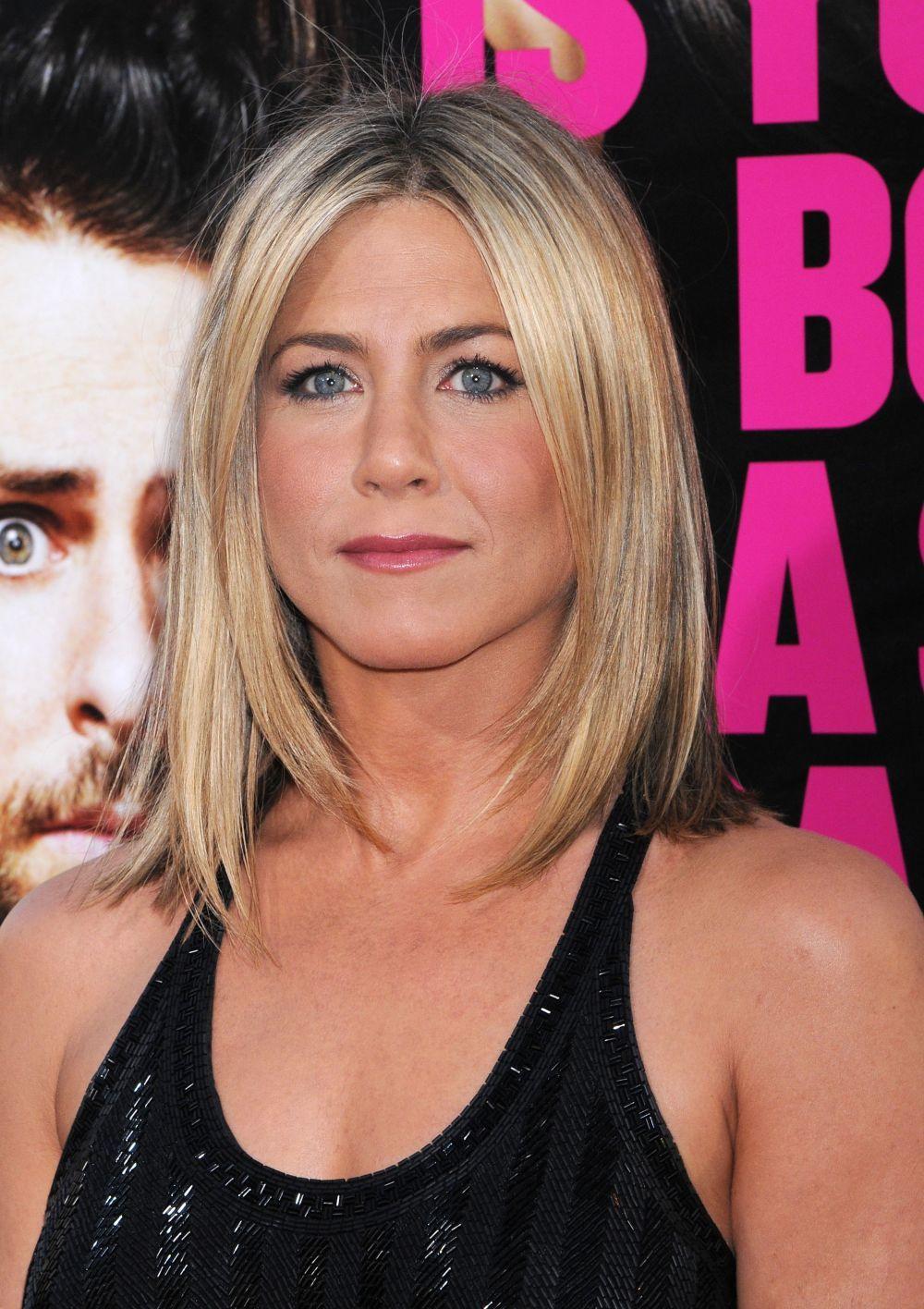 En 2011 Jennifer Aniston lució un corte de pelo long bob a la altura de los hombros con unas mechas mucho más rubias que las de su tono habitual.