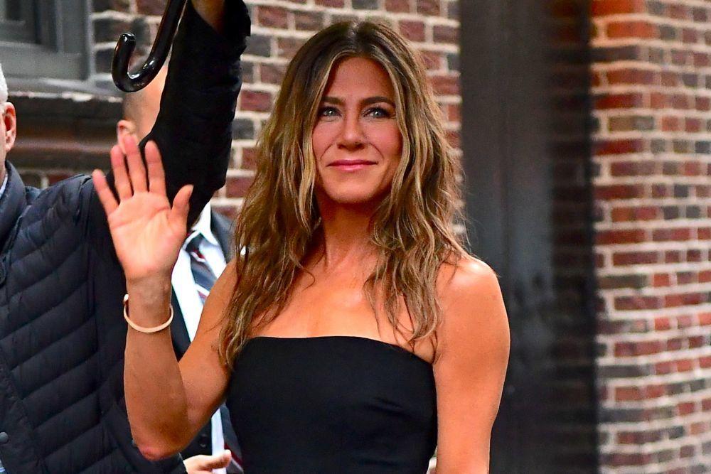 Jennifer Aniston con su pelo rizado natural.