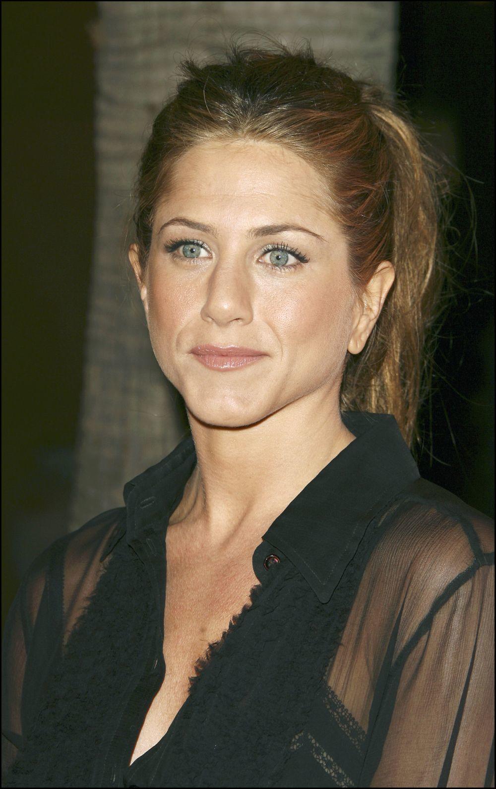 La coleta minimal y sin esfuerzo es otro de los peinados favoritos de Jennifer Aniston. Para ella, menos es más a la hora de peinarse.