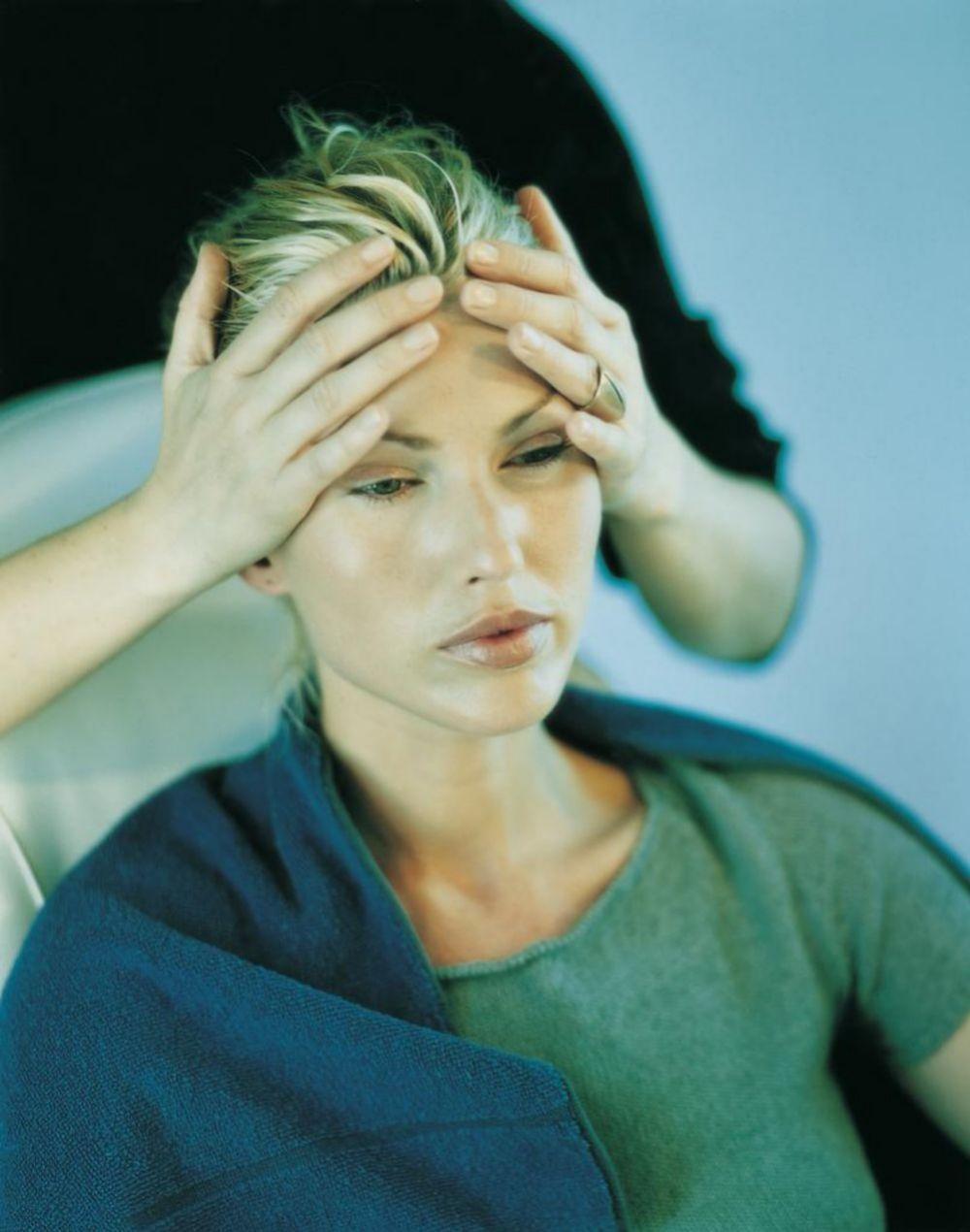 Las personas muy expresivas tienen muchas arrugas en la frente, que se pueden suavizar mediante masaje.