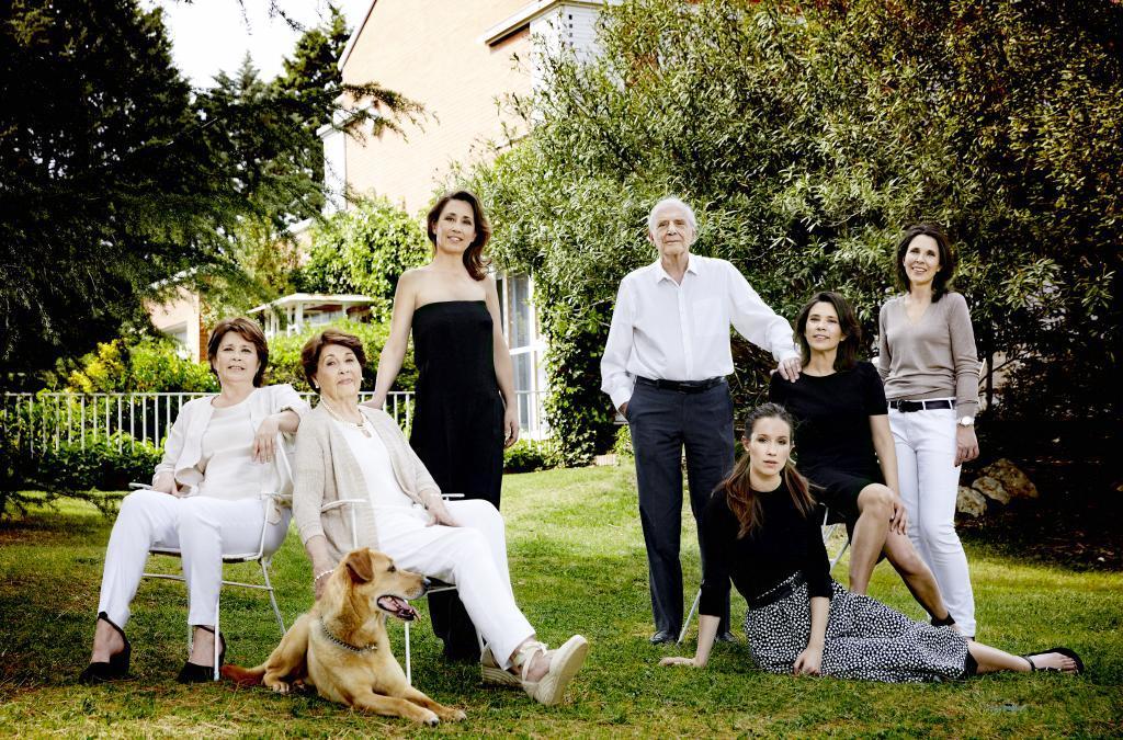 José Luis Olaizola, Marisa (junto al perro), y una parte de las mujeres de la familia, en 2015