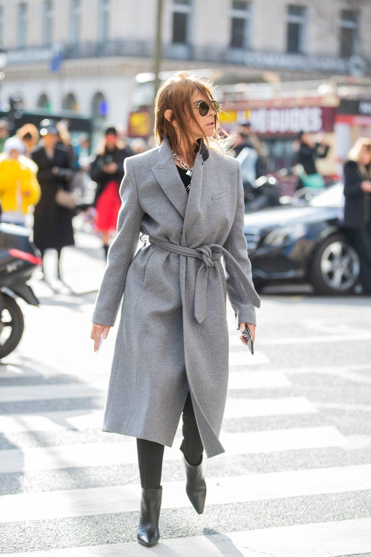 Carine Roitfeld con un abrigo tipo batín.