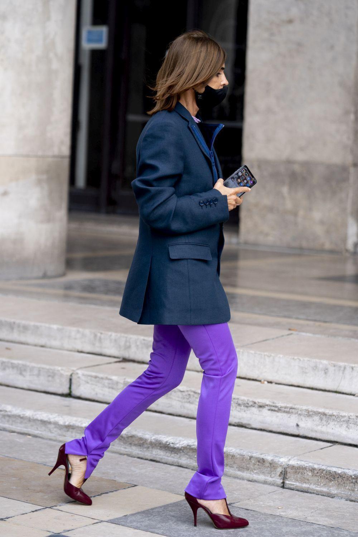 Carine Roitfeld con blazer y pantalones color malva.
