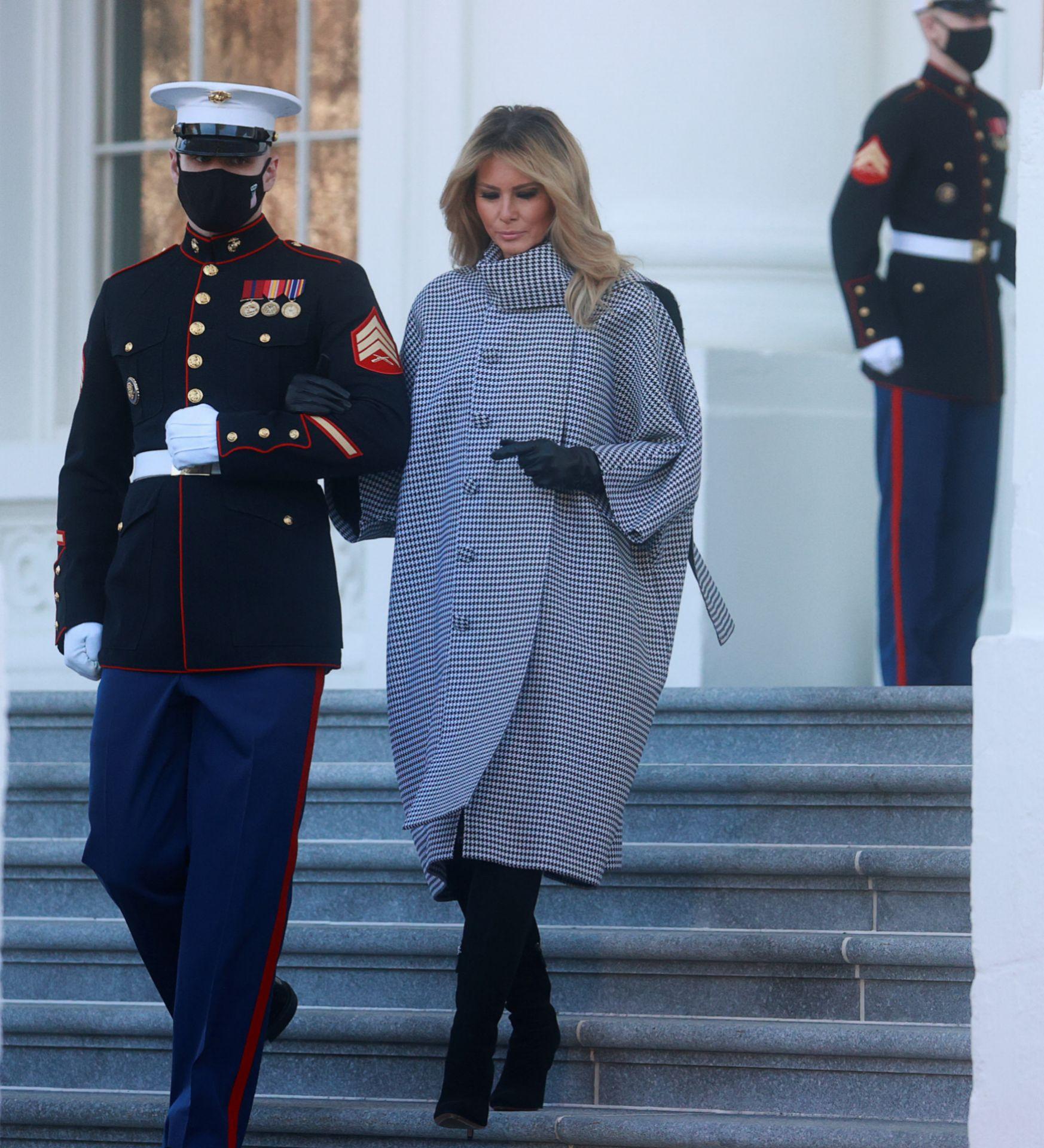 Melania sale de la Casa Blanca para recibir el árbol de Navidad.