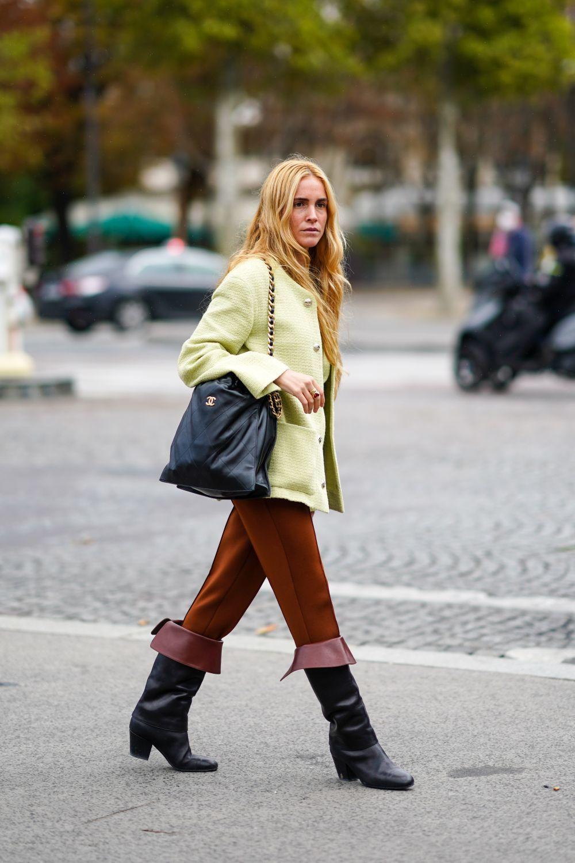Blanca MIró con botas mosqueteras.