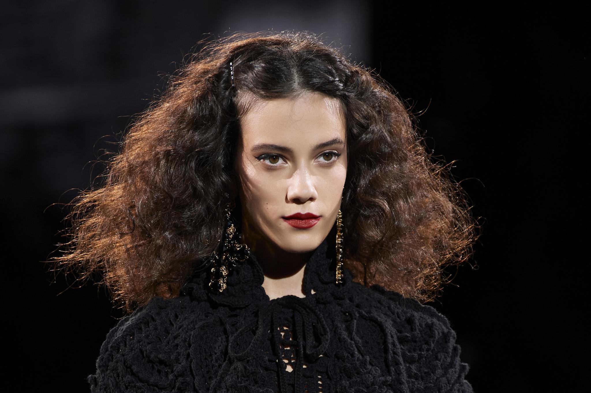 En 2021, se llevarán las melenas semilargas tanto en pelo rizado como en pelo liso.