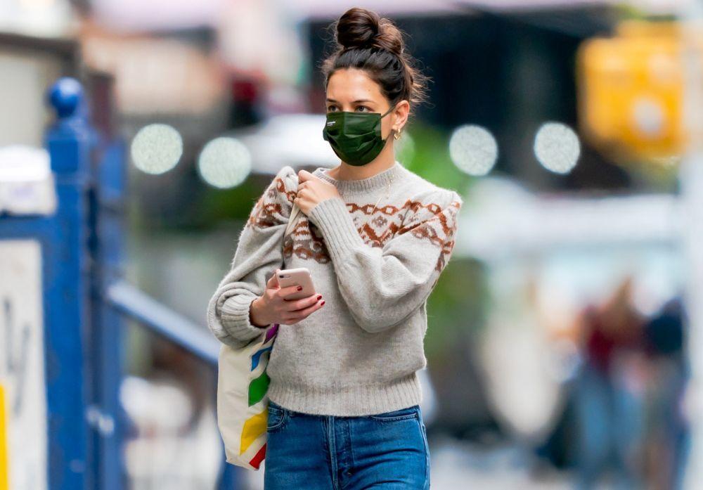 Katie Holmes con su moño XXL en las calles de Nueva York.