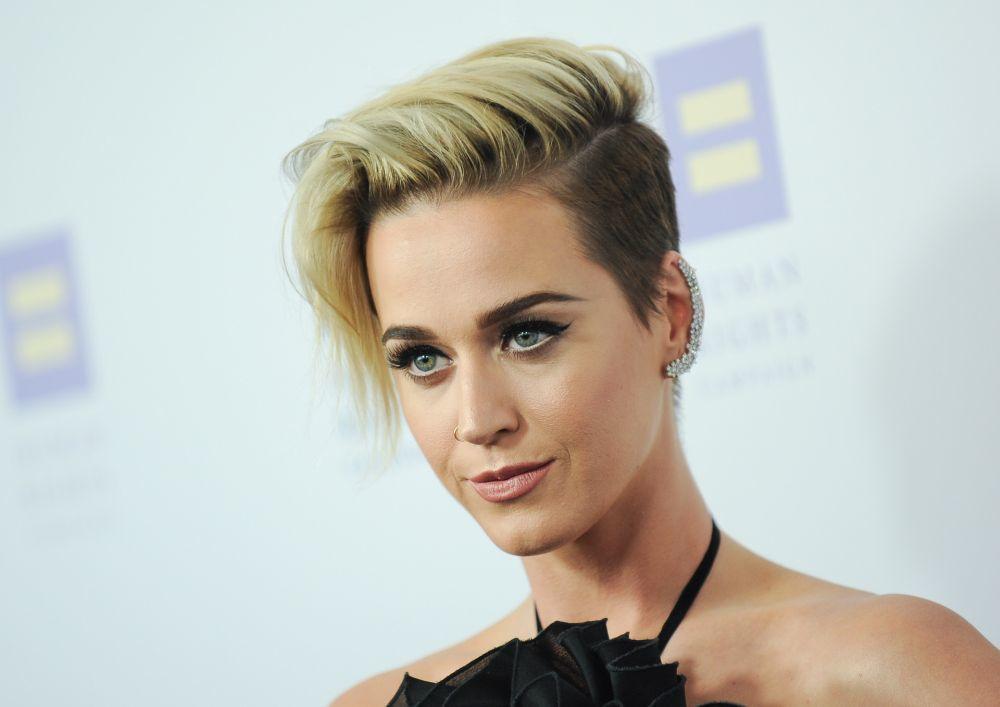 Katy Perry con uno de los cortes más arriesgados, un corte corto de efecto degradado y en tonos contrapuestos.