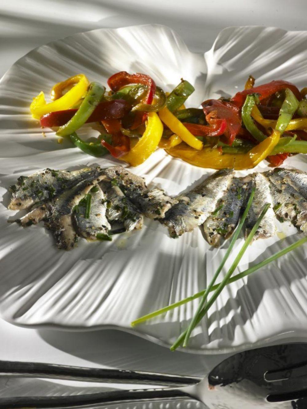Pescados grasos y vegetales son pilares de esta dieta.