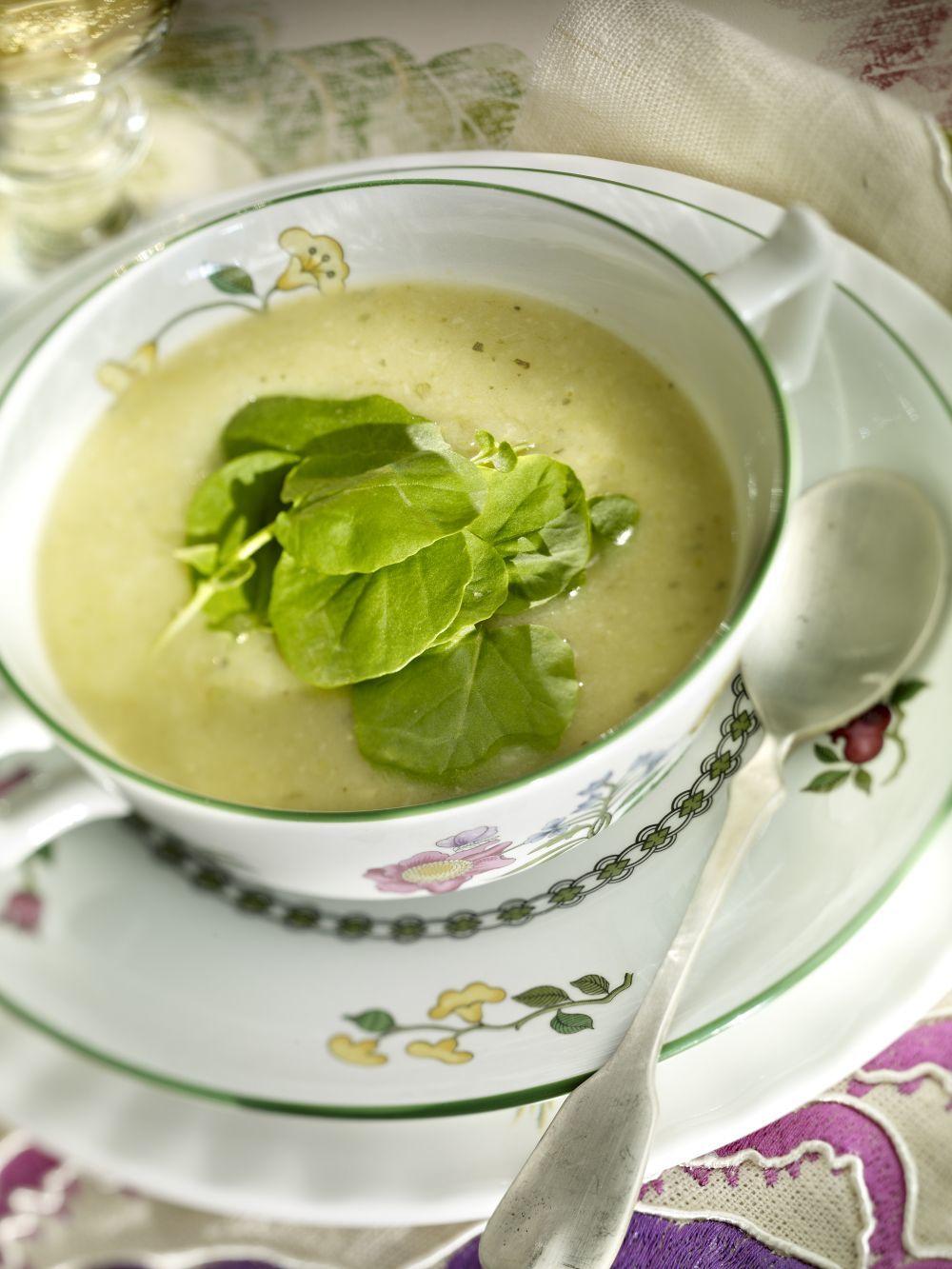 Las cremas de verduras como la de calabacín se convierten en la opción ideal para cenar rico y ligero y descansar bien.