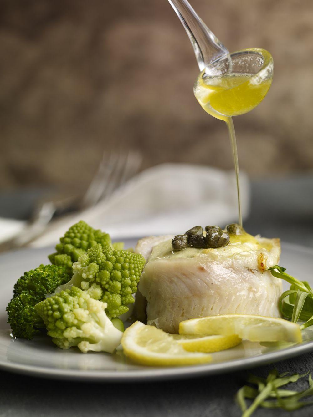 Pescado blanco con limón y brócoli, otra opción deliciosa para cenar de la forma más sana, ligera y completa. Adereza con aceite de oliva y limón.