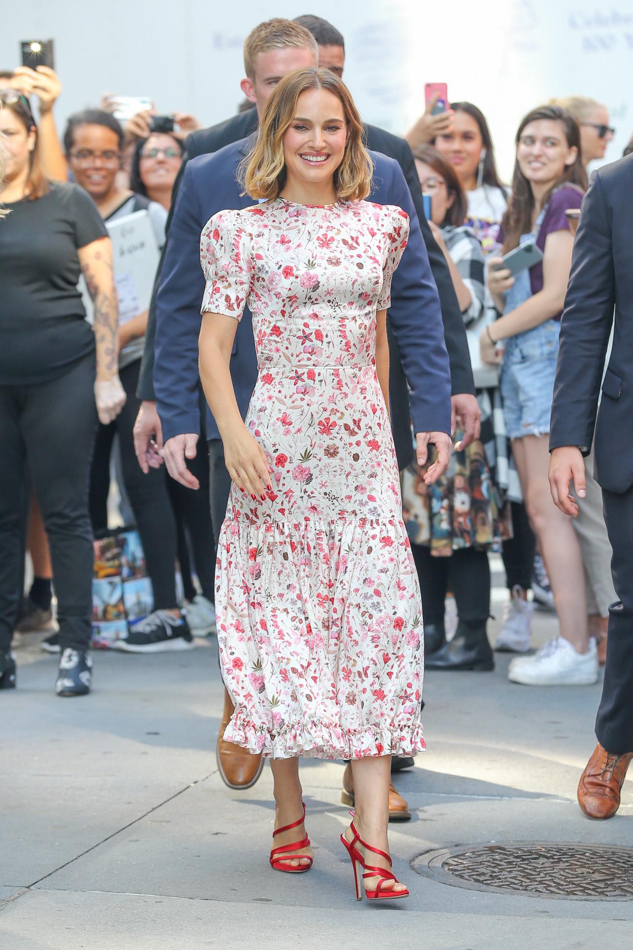 No es frecuente ver a Natalie Portman con prendas estampadas