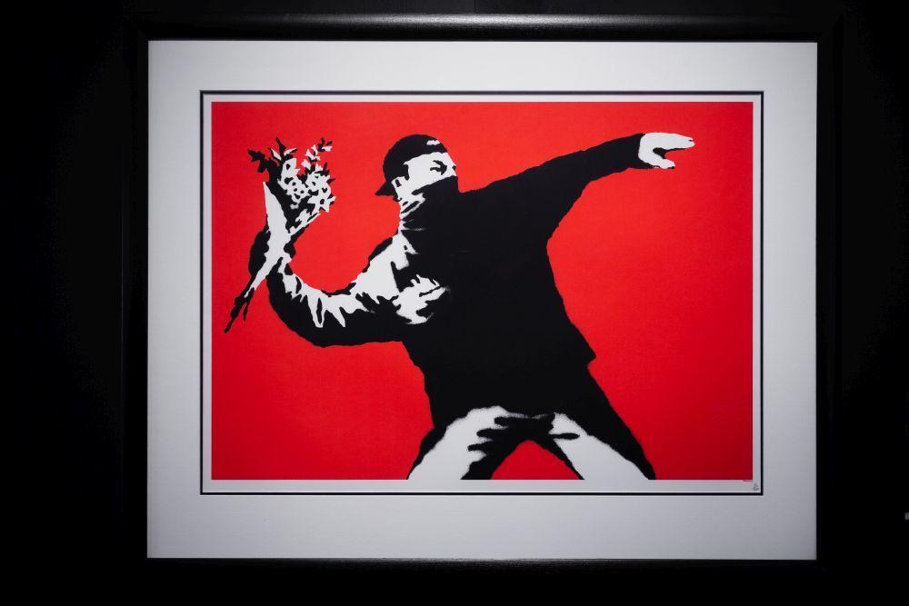 """""""Love is in the air"""" (""""El amor está en el aire""""), la obra que Banksy pintó en el muro de Jerusalén."""