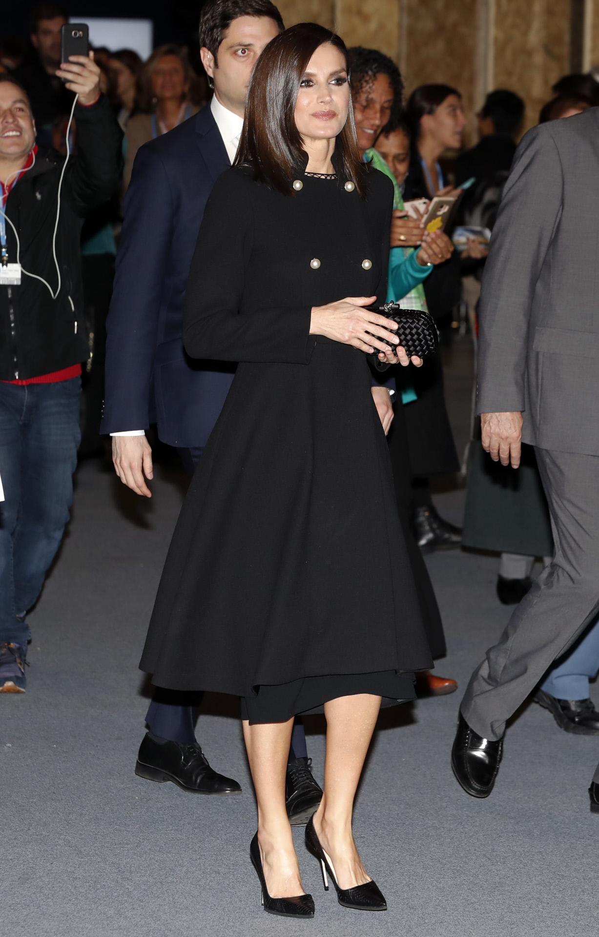Doña Letizia, en 2019, con un abrigo negro con botones de perlas de Carolina Herrera.