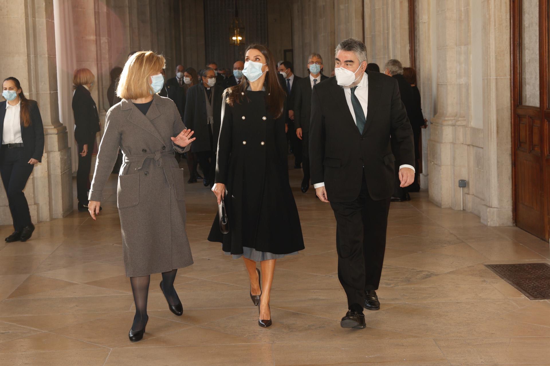 La reina Letizia con un abrigo negro de Carolina Herrera.