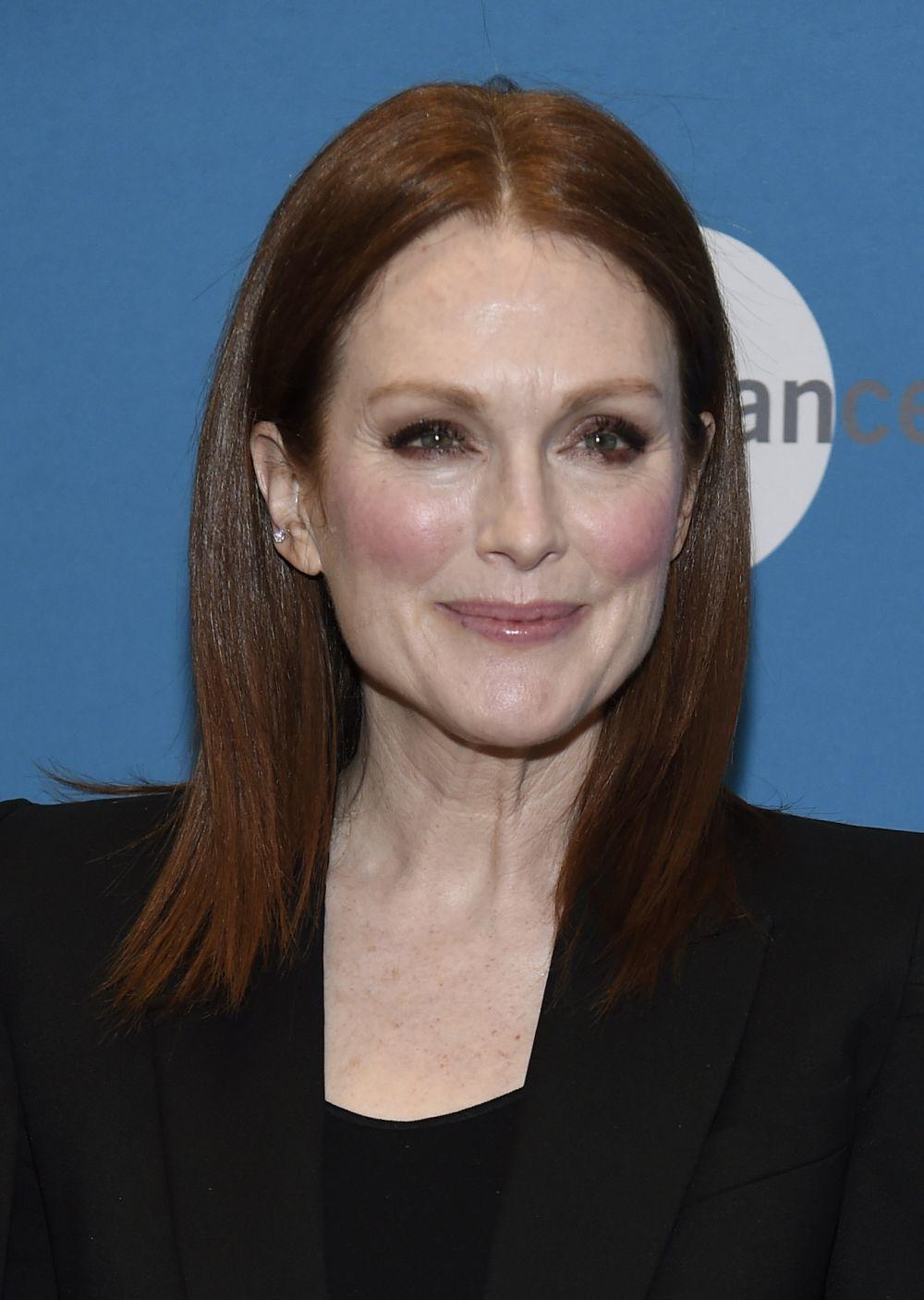 Las sombras en gris y un ligero rubor de colorete rosa con un maquillaje suave y fluido sobre el rostro se convierte en uno de los looks favoritos de la actriz ante los flashes.