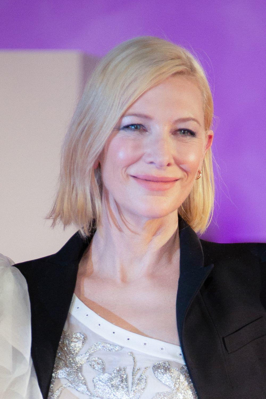 Cate Blanchett con la media melena ligeramente desfilada en las puntas y la raya a un lado, uno de los cortes que pegarán fuerte en 2021 a partir de los 50.