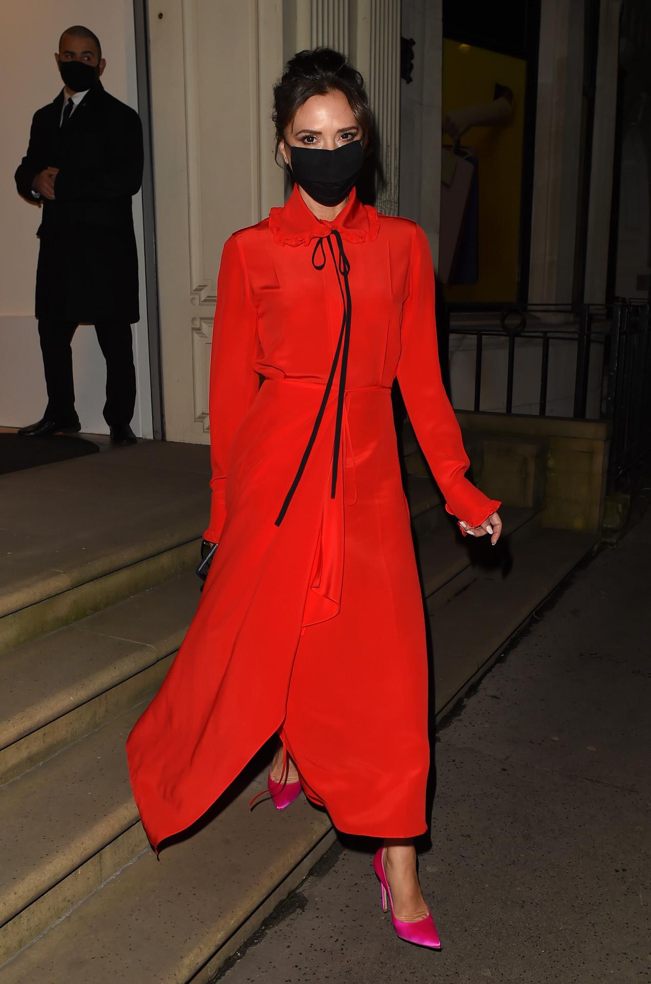 Victoria Beckham con un vestido rojo de su propia firma.