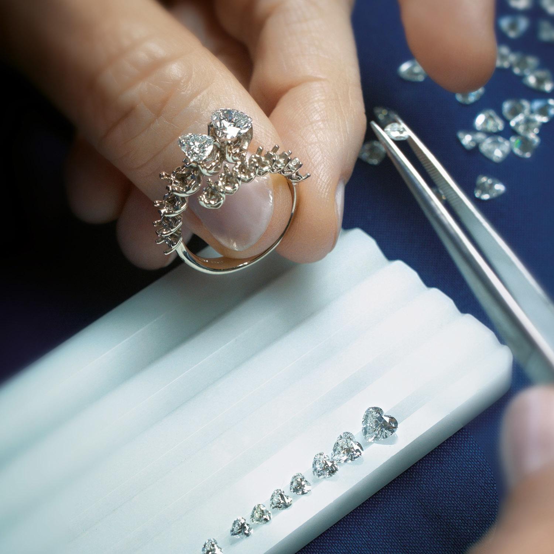 Recarlo es una firma italiana de alta joyería que aúna la manufactura artesanal con la tecnología e innovación para ofrecer joyas únicas.