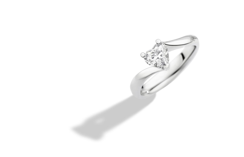 El solitario Valentín de oro blanco de 18 kt con diamantes talla brillante con forma de corazón es la pieza emblemática de la colección Anniversary Love de Recarlo.