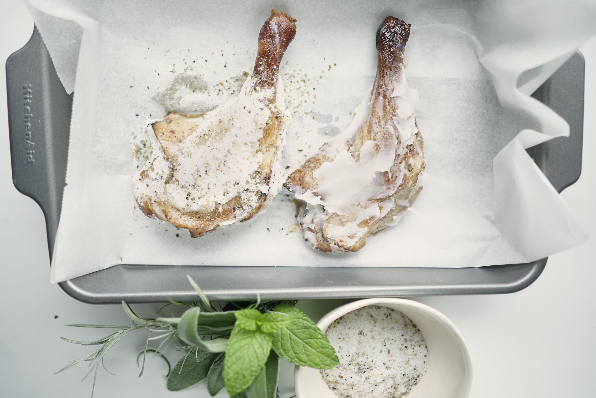 Confit de pato con costra y salsa de frambuesas