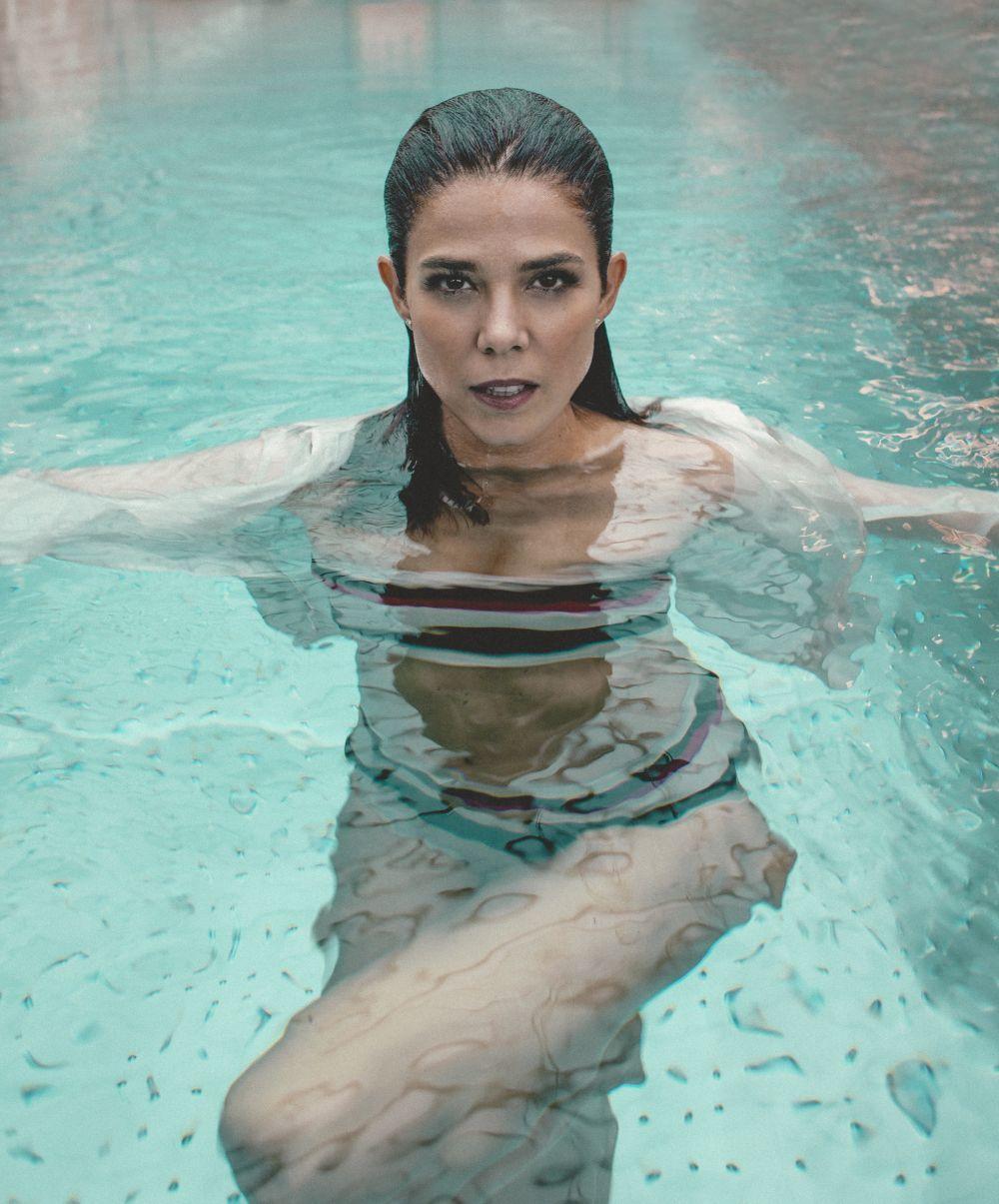 Juana Acosta en la piscina del spa del Hotel Four Seasons de Madrid con traje de baño de TV y camisa de seda blanca de Caroll.