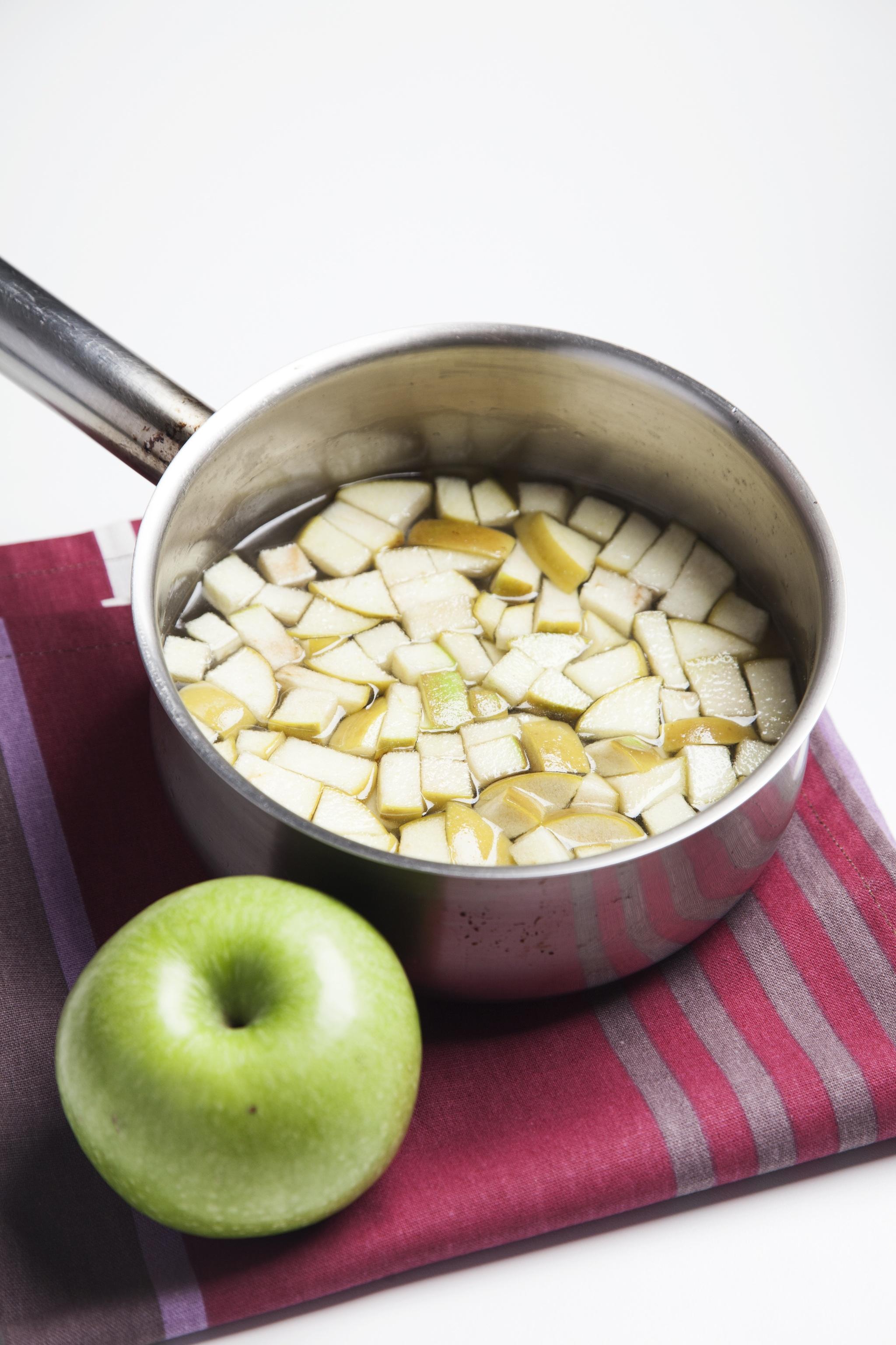Las manzanas se ponen a cocer una vez que las ciruelas y orejones ya están tiernos.