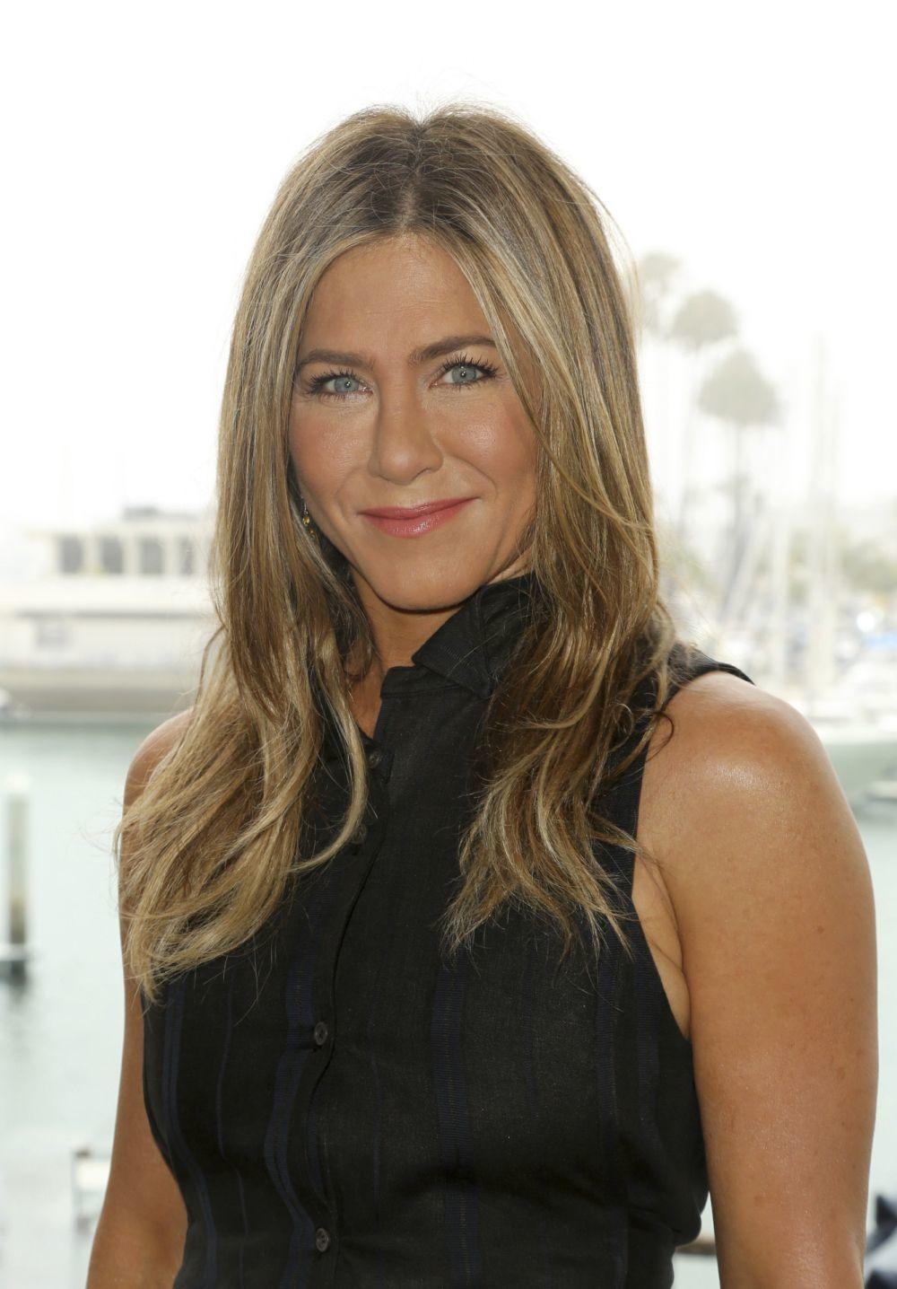 Pocas veces hemos visto que Jennifer Aniston se haya cortado mucho su melena y ahora opta por llevarla más larga aún.