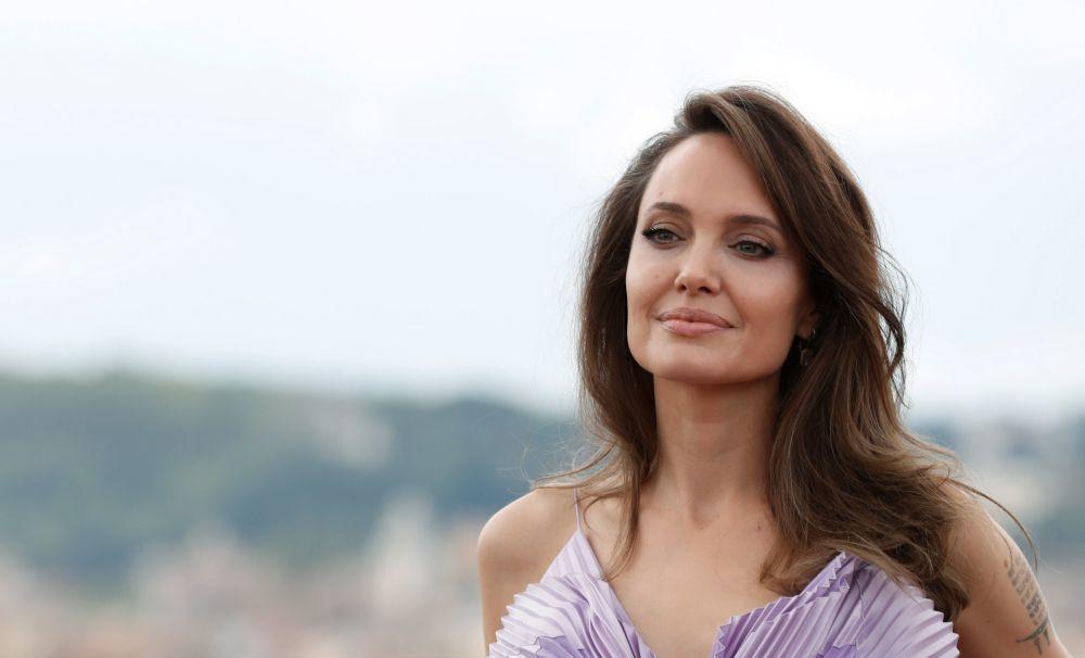 Angelina Jolie, fiel a su melena larga y en color castaño también desde hace años.